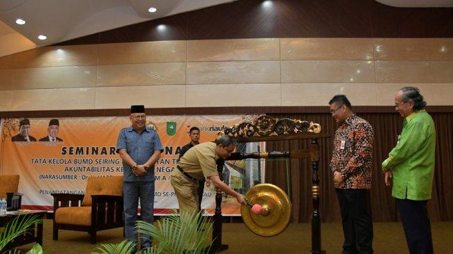 ahmad-hijazi-se-msi-memukul-gong-saat-membuka-seminar-nasional-tata-kelola-bumd_20170124_090700.jpg
