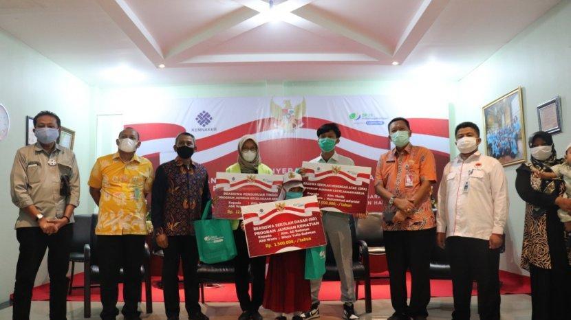Bpjs Ketenagakerjaan Salurkan Beasiswa Untuk 233 Anak Peserta Tribun Pekanbaru