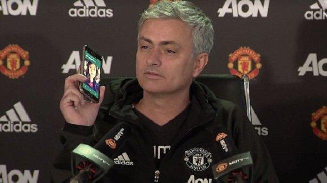 pelatih-manchester-united-jose-mourinho-mengangkat-telepon-seluler_20170114_124526.jpg