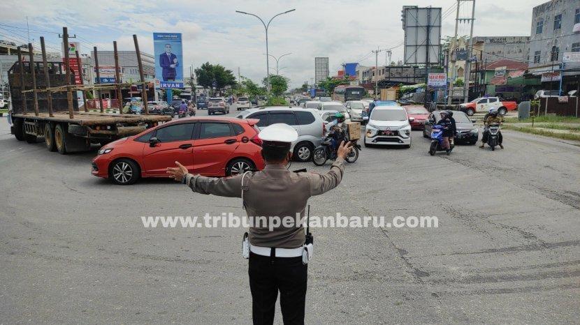 penyekatan-di-ruas-jalan-sm-amin-ppkm-mikro-pekanbaru-1.jpg