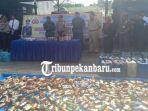 1017-botol-miras-dan-2824-liter-tuak-serta-23256-petasan-disita-polisi-selama-ramadhan-di-riau.jpg