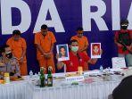 4_pelaku_pelemparan_molotov_di_kampar_ditangkap_diupah_rp30_juta_buat_bakar_mobil_rumah_dan_korban.jpg