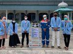 ajak-masyarakat-terapkan-prokes-cegah-covid-19-mahasiswa-kukerta-unri-serahkan-media-hand-sanitizer.jpg
