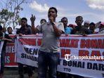 aksi-demonstrasi-masyarakat-bonai-darussalam-tolak-camat_20180903_183508.jpg