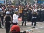 aksi-unjuk-rasa-menolak-omnibus-law-uu-cipta-kerja-di-simpang-harmoni-jakarta-pusat.jpg