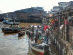 aktivitas-nelayan-yang-menjual-hasil-tangkapannya-di-pasar-ikan-sungai-juling_20171210_144606.jpg