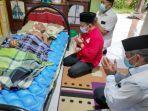 alfedri-berdoa-di-samping-tempat-tidur-abdul-razak-mantan-ketua-lam-tualang-kabupaten-siak.jpg