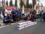 aliansi-suporter-bola-pekanbaru-foto-bersama-usai-menggalang-dana-untuk-korban-gempa-lombok-di-cfd_20180820_175520.jpg