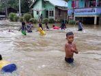 anak-anak-bermain-air-banjir-pelalawan.jpg
