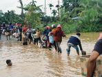 antrian-masyarakatdi-jembatan-parit-16-desa-pulau-kecil-kecamatan-reteh.jpg