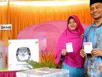 ayat-cahyadi-dan-istri-melakukan-pemilihan-di-tps-38-kelurahan-simpang-tiga-bukitraya_20170215_095654.jpg