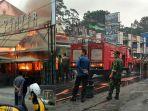bangunan-ck-center-di-kampung-cina-bukittinggi-terbakar_20180206_092256.jpg