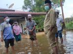 banjir-di-siak-tiga-kampung-terendam-air-bupati-siak-alfedri-angkat-celana-turun-ke-lokasi-banjir.jpg