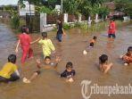 banjir-masuk-ke-ruangan-kelas_20181018_145611.jpg