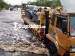 banjir-ongkos-jasa-penyeberangan-di-lokasi-banjir-jalintim-pelalawan-capai-rp-250-ribu.jpg