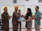 bantuan-sembako-mal-pekanbaru-untuk-veteran_20180821_134308.jpg