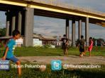 bermain-di-bawah-jembatan-leighton-2_20150605_203712.jpg