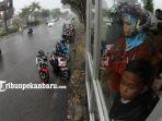 berteduh-di-halte-bus-trans-metro-pekanbaru-tmp-hujan-deras_20181023_171158.jpg