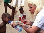 bocah-kelaparan-dari-nigeria-diberi-minum-wanita-barat.jpg