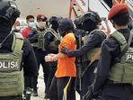 breaking-news-23-terduga-teroris-buronan-bom-bali-mendarat-di-bandara-soekarno-hatta.jpg