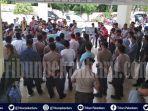 breaking-news-ratusan-massa-geruduk-kantor-kpu-pekanbaru-minta-tindak-caleg-diduga-lakukan-suap.jpg