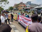 breaking_news_demo_mahasiswa_dan_masyarakat_di_rohul_minta_polisi_tangkap_mantan_kades_batang_kumu.jpg