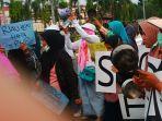 breaking_news_emak-emak_di_riau_unjuk_rasa_bawa_peralatan_masak_protes_karhutla_dan_kabut_asap.jpg