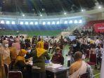 breaking_news_vaksinasi_massal_di_pekanbaru_hari_ini_2000_orang_divaksin_covid-19_di_gor_1.jpg