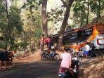 bus-po-sudiro-tunggal-jaya-terjebak-di-jalanan-sangat-sempit-di-hutan-wonogiri.jpg