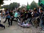 demo_mulai_panas_massa_mahasiswa_berhasil_jebol_kawat_berduri_di_depan_kantor_dprd_riau.jpg