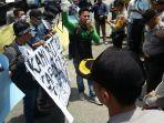 demonstrasi-damai-walhi-riau-di-mapolda-riau_20180920_220539.jpg
