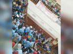 demonstrasi-unjuk-rasa-mahasiswi-di-dprd-riau_20180305_164958.jpg