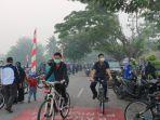 di_bawah_kabut_asap_seribuan_warga_riau_ikuti_fun_bike_jelang_pembukaan_tour_de_siak_2.jpg