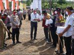 direktur-pt-rapp-mulia-nauli-menyerahkan-bantuan-alat-pertanian-kepada-petani-di-pelalawan.jpg