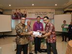 direktur-utama-bank-riau-kepri-dr-irvandi-gustari-menyerahkan-sertifikat-apresiasi_20170201_101836.jpg