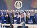 dirut-bank-riau-kepri-dr-irvandi-gustari-menerima-award-the-best-bank-in-digital-services_20181001_101138.jpg