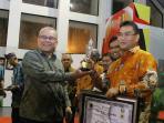 dirut-brk-terima-pwi-riau-award_20160520_213026.jpg