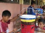 dua-orang-siswa-sedang-melukis-tong-sampah-untuk-diperlombakan_20161003_091106.jpg