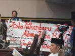 dua_mahasiswa_mendadak_bentang_spanduk_dalam_rapat_paripurna_hari_jadi_pekanbaru_1.jpg