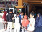 enggan_pindah_pkl_di_jalan_kopi_datangi_satpol_pp_pekanbaru_tapi_akhirnya_pasrah_1.jpg