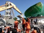 evakuasi-korban-gempa-lombok_20180806_222102.jpg