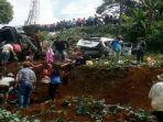evakuasi-korban-kecelakaan-lalu-lintas-di-jalur-puncak_20170430_152926.jpg