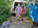 evakuasi-mayat-warga-kuansing-di-peranap-petugas-kesehatan-pakai-apd-lengkap-akibat-coronakah.jpg
