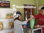 feature-kerupuk-bawang-makanan-khas-indragiri-hulu-riau-pesanan-jelang-lebaran-2019-capai-2-ton.jpg