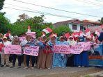 forum-relawan-sumbar-melakukan-aksi-damai-di-depan-kantor-kpu-sumbar.jpg