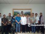 foto-bersama-manajemen-tribun-pekanbaru-dan-bank-indonesia_20180831_150500.jpg