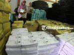 foto-kotak-suara-pemilu-2019-dari-kardus-ketua-kpu-pekanbaru-tinjau-gudang-logistik-pemilu-1.jpg