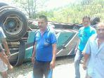 foto-suasana-evakuasi-atap-bus-pmtoh-lepas-setelah-terbalik-dalam-kecelakaan-di-kuansing-riau-6.jpg
