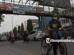 foto_ada_spanduk_melawan_asap_di_jpo_jalan_tuanku_tambusai_pekanbaru_3.jpg