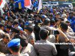 foto_aksi_demo_mahasiswa_di_pekanbaru_ricuh_di_depan_kantor_dprd_riau_4.jpg